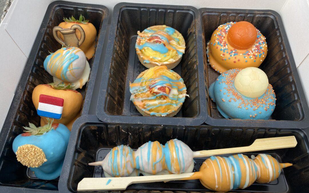 Voorjaar Verleidingsbox bestaande uit, 2 donuts, 2 gebakjes, 2 spiesen & 4 aardbeienbonbons